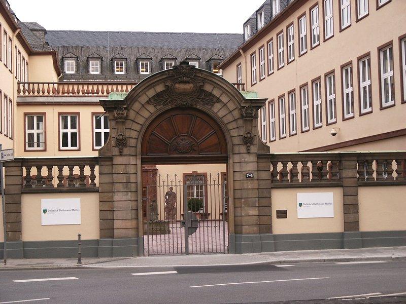 Bild: http://www.deutsches-architektur-forum.de/pics/schmittchen/bethmhof.jpg
