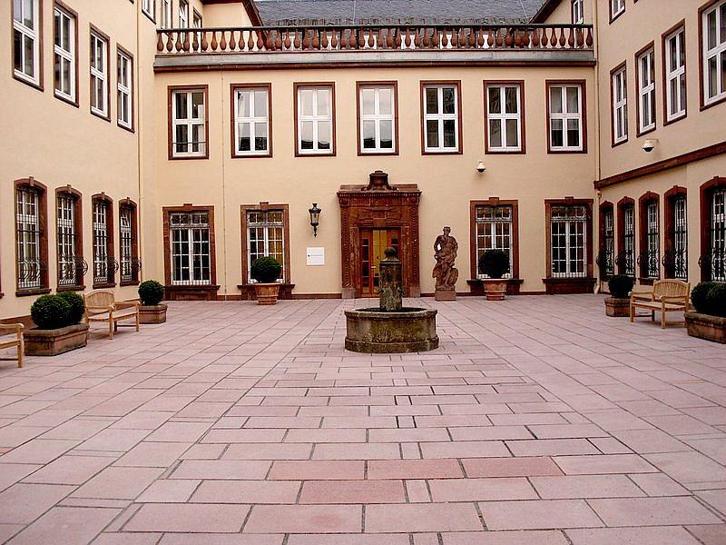 Bild: http://www.deutsches-architektur-forum.de/pics/schmittchen/bethmhof1.jpg