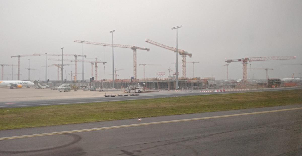 Bild: https://www.deutsches-architektur-forum.de/pics/schmittchen/4201_terminal_3.jpg