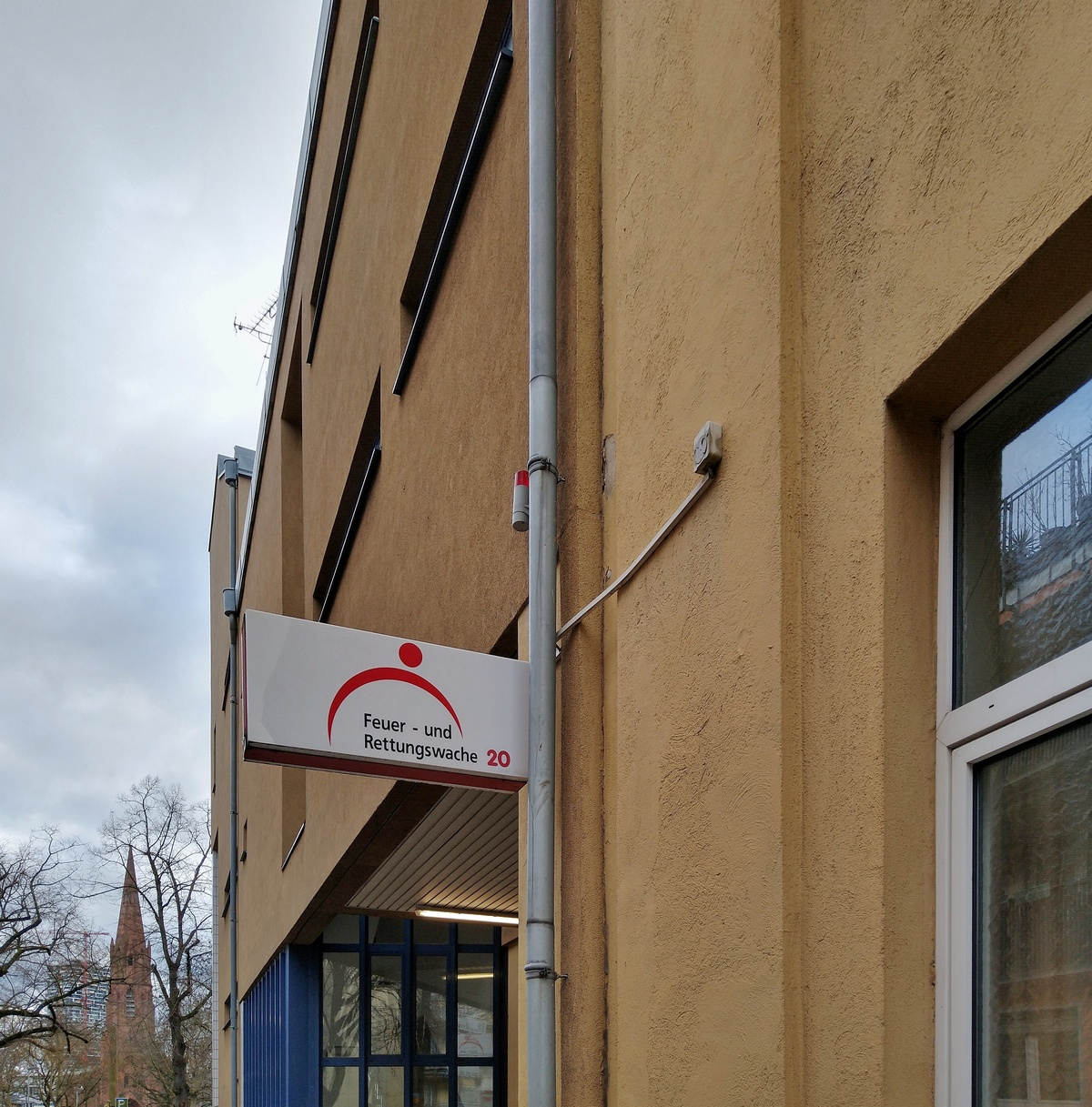 Bild: https://www.deutsches-architektur-forum.de/pics/schmittchen/4204_feuerwache_kurfuerstenplatz.jpg