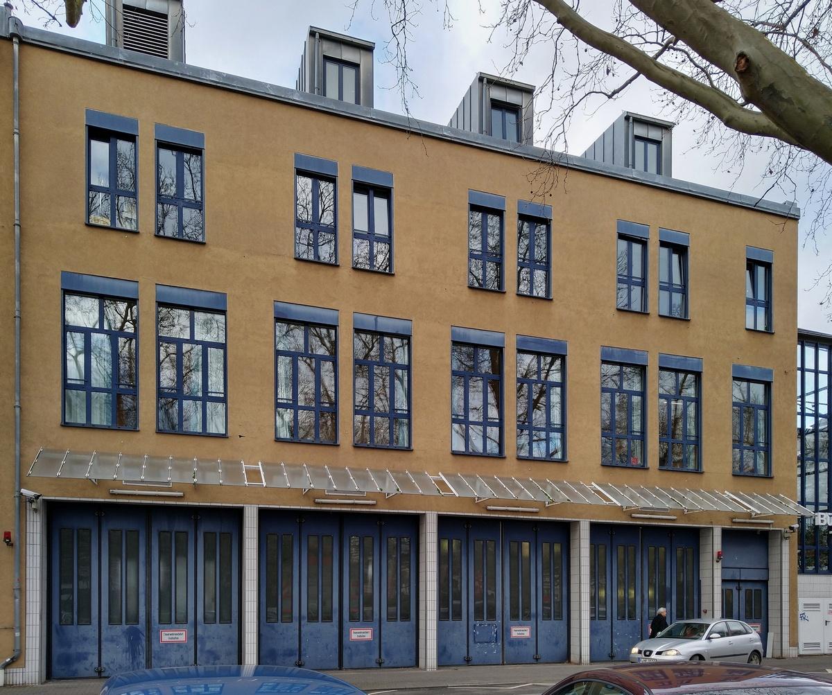 Bild: https://www.deutsches-architektur-forum.de/pics/schmittchen/4206_feuerwache_kurfuerstenplatz.jpg