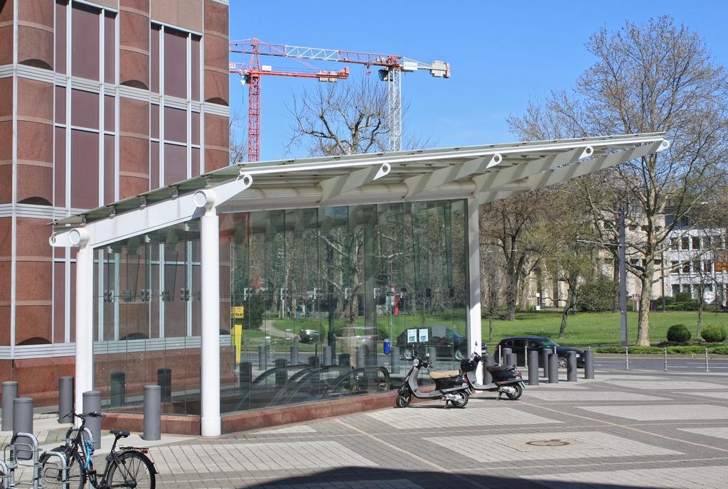 Bild: https://www.deutsches-architektur-forum.de/pics/schmittchen/4251_messeturm.jpg