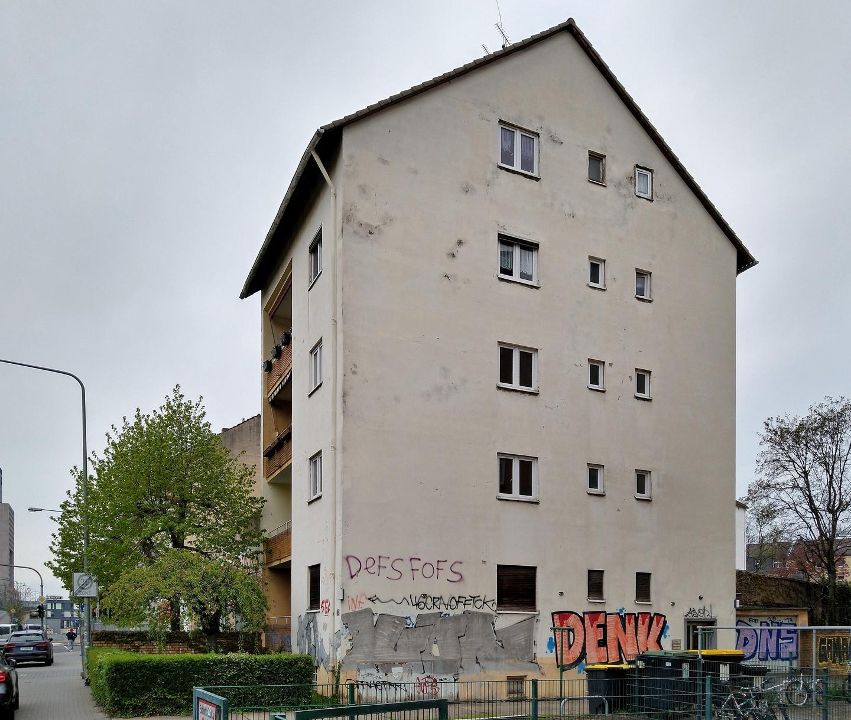 Bild: https://www.deutsches-architektur-forum.de/pics/schmittchen/4772_guenderrodestrasse_ex-hochhut.jpg