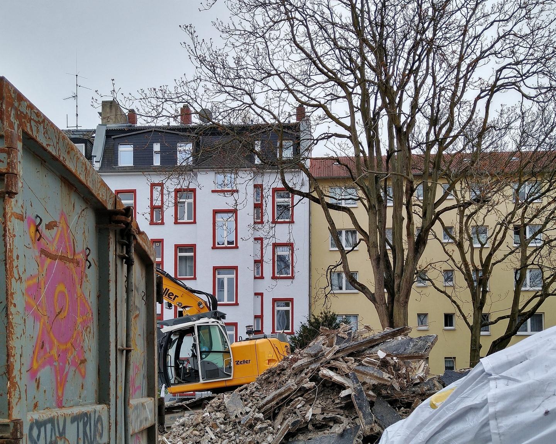 Bild: https://www.deutsches-architektur-forum.de/pics/schmittchen/4773_guenderrodestrasse_ex-hochhut.jpg