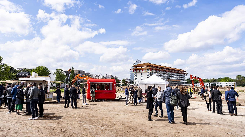 Bild: https://www.deutsches-architektur-forum.de/pics/schmittchen/dfb-akademie_spatenstich_mini1.jpg