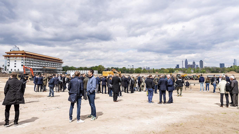 Bild: https://www.deutsches-architektur-forum.de/pics/schmittchen/dfb-akademie_spatenstich_mini2.jpg