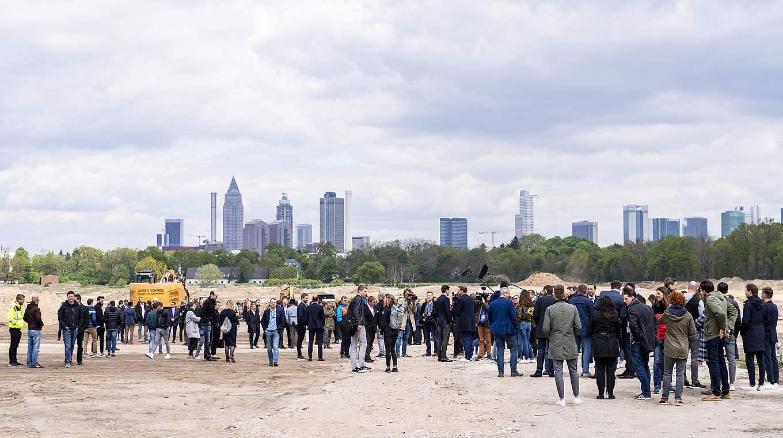 Bild: https://www.deutsches-architektur-forum.de/pics/schmittchen/dfb-akademie_spatenstich_mini3.jpg
