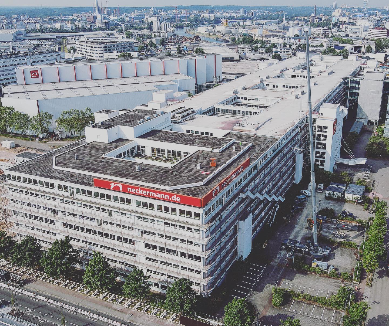 Bild: https://www.deutsches-architektur-forum.de/pics/schmittchen/neckermann_teilabbruch_(c)_antal_abbruch.jpg